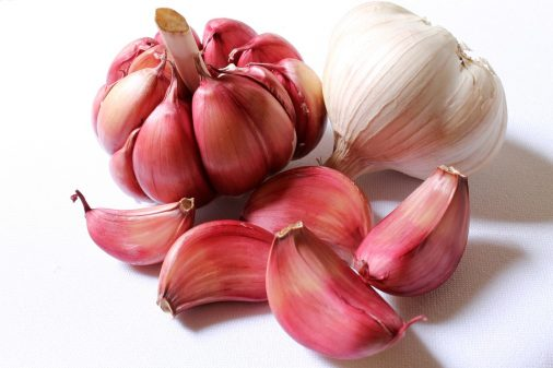 Health benefits of Garlic, it treat cancer,chest pain,vaginal infection ,garlic treat Hepatitis B,Tooth pain stomach ulcer etc..